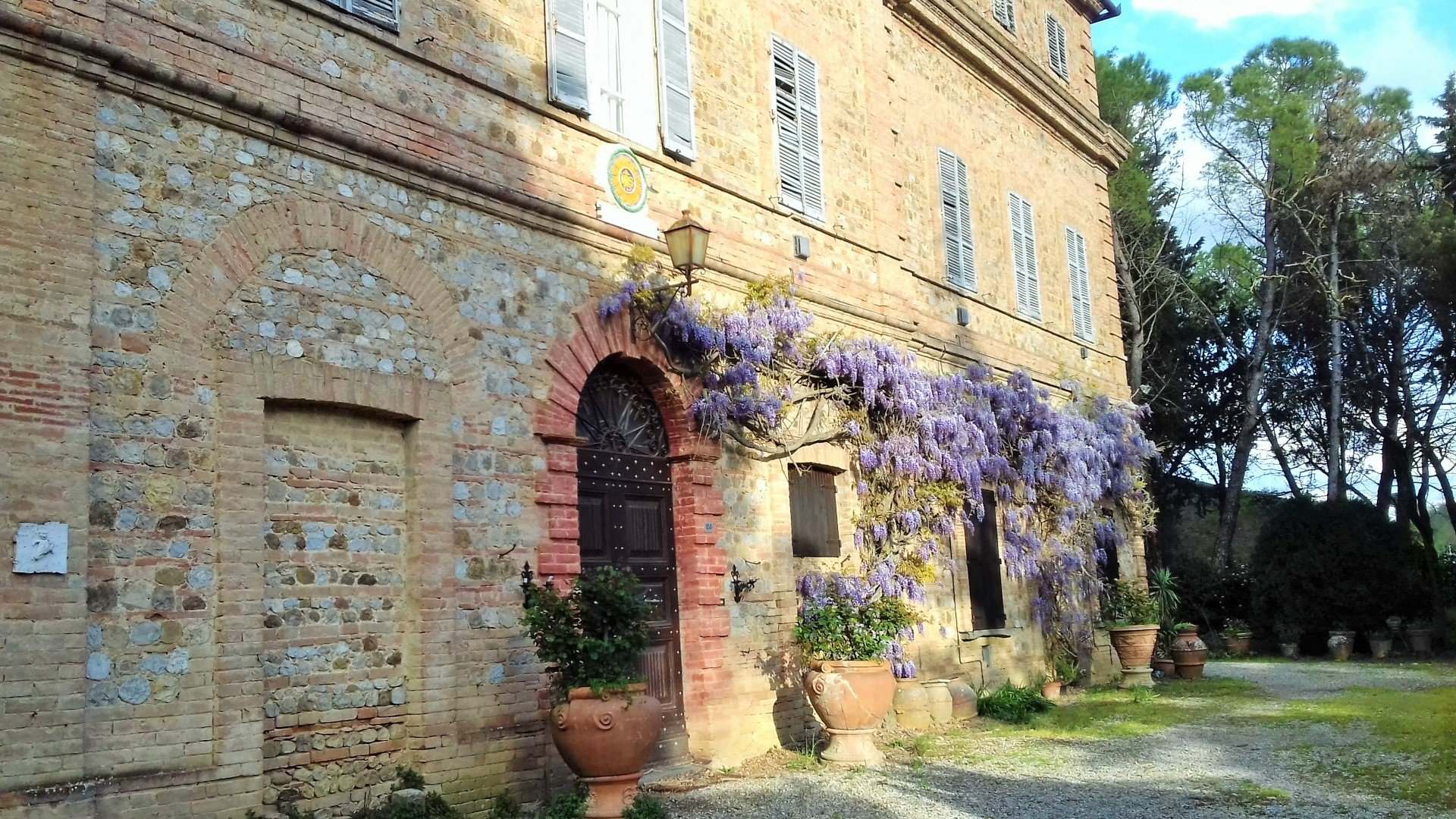 LARGE VILLA IN UMBRIA DATING FROM 1700'S OF BOTH HISTORIC AND ARTISTIC INTEREST
